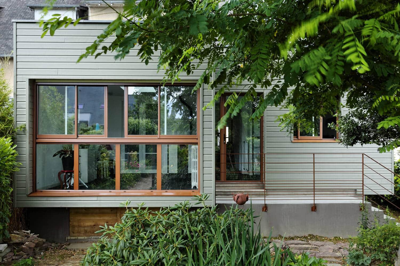 awesome extension et rnovation intrieure duune maison des annes cration duun surplombant un. Black Bedroom Furniture Sets. Home Design Ideas